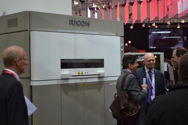 AM S5500P er en av Ricohs egenutviklede 3D-skrivere. Dette er et område der de kommer til å satse stort. I akkurat denne maskinen kan objektet være maks 50 cm i alle tre retninger.