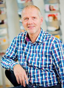 Poul Mikkelsen, plassjef på Stibo Graphic, er fornøyd med at automasjonen har bidratt til færre tunge løft for hans medarbeidere.